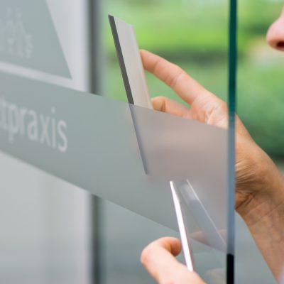 Fensterbeschriftung mit Milchglasfolie / Werbetechnik